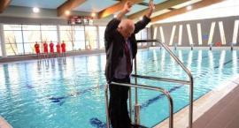 BASEN OTWARTY! Burmistrz skacze do wody