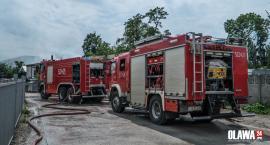 Pożar hali magazynowej w Oławie. Paliły się stare auta