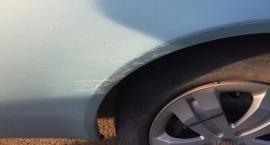 Mieszkaniec szuka sprawcy przerysowania samochodu