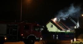 Nocny pożar poddasza. Strażacy w akcji