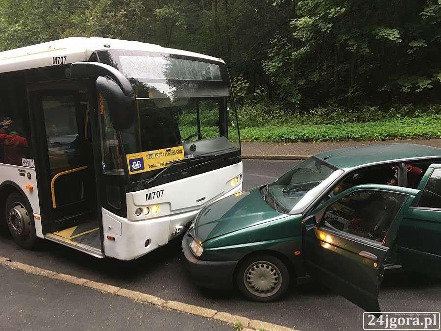 Wypadki drogowe, Wpadł poślizg uderzył autobus - zdjęcie, fotografia