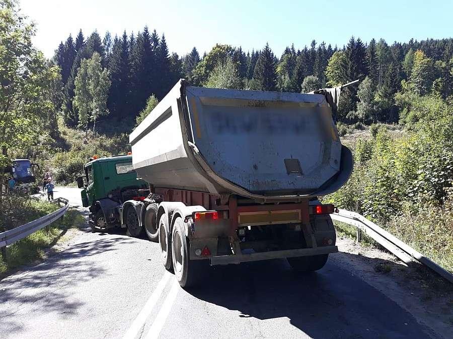 Wypadki drogowe, Zderzenie ciężarówki osobówką Zablokowana DW367 Kowarach - zdjęcie, fotografia