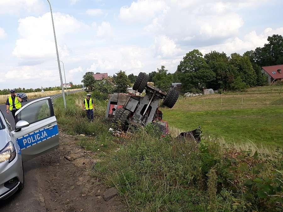 Wypadki drogowe, Dachowanie koparki - zdjęcie, fotografia