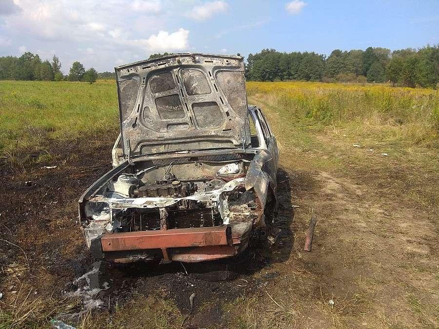 Wypadki drogowe, Spłonął samochód osobowy - zdjęcie, fotografia