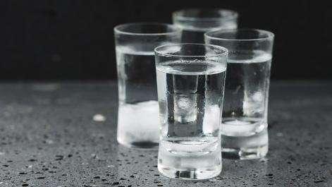 Ludzie, spożycie mocnych alkoholi wzrosło Polsce mieszkańca - zdjęcie, fotografia