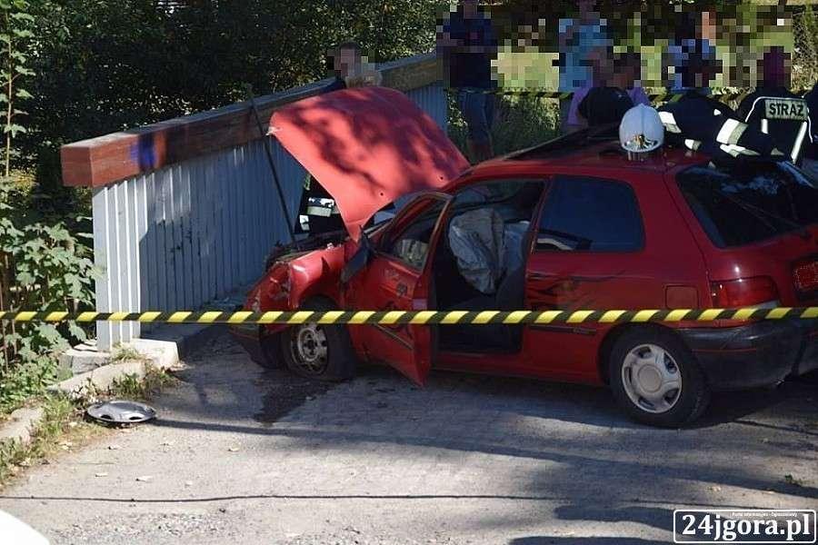 Wypadki drogowe, Uderzył barierki mostu - zdjęcie, fotografia