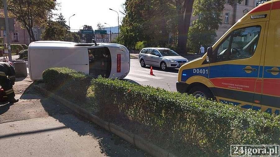 Wypadki drogowe, Wypadek Wojska Polskiego pocztowe zderzeniu przewróciło - zdjęcie, fotografia