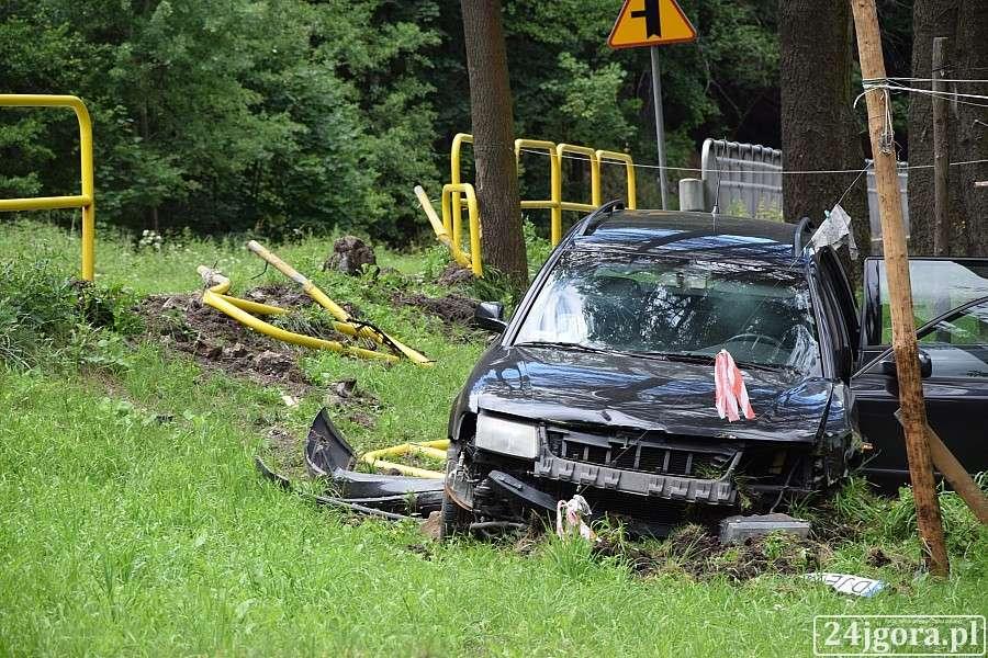 Wypadki drogowe, Wypadł drogi przebił przez barierki - zdjęcie, fotografia