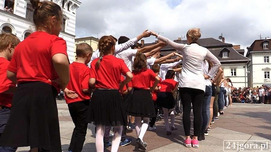 Event, Uczniowie przedszkolaki zatańczyli poloneza - zdjęcie, fotografia