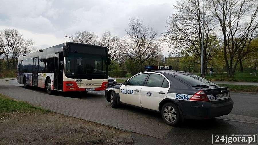 Wypadki drogowe, Zderzenie autobusu autem osobowym - zdjęcie, fotografia