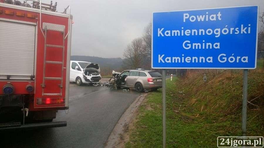 Wypadki drogowe, Czołowe zderzenie drodze Przełęczą Okraj - zdjęcie, fotografia
