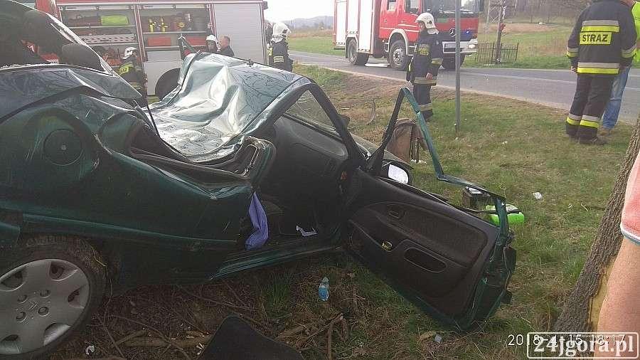 Wypadki drogowe, Citroen uderzył drzewo Kierowcę wycinali wraku strażacy - zdjęcie, fotografia