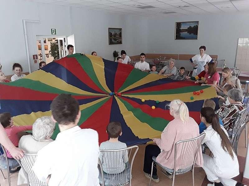 Ludzie, Integracja juniorów seniorami - zdjęcie, fotografia
