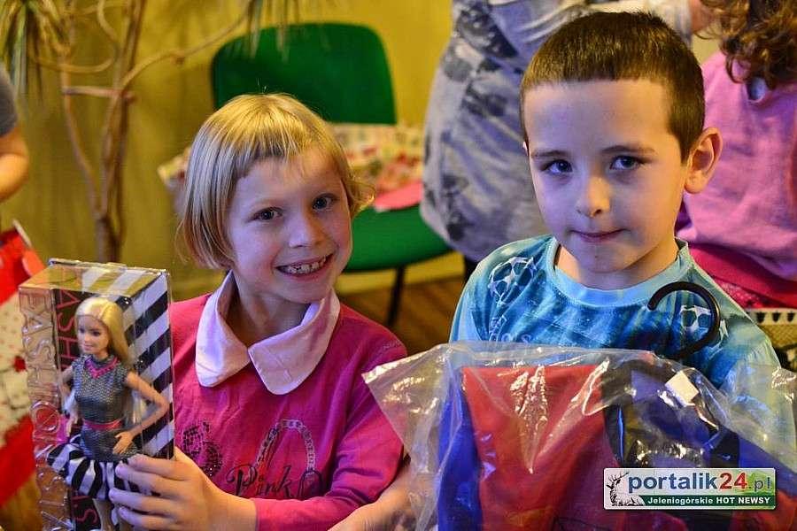 Dzieci, Podarowali dzieciom uśmiech radość - zdjęcie, fotografia