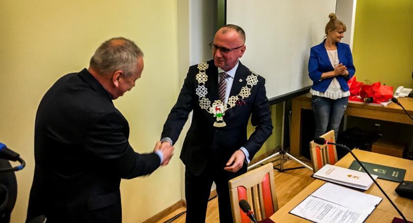 Samorząd, wzruszenia podczas pierwszej sesji Jerzy Łużniak złożył ślubowanie - zdjęcie, fotografia
