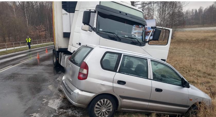Wypadki drogowe, Uwaga Bardzo ślisko Zderzenie samochodu ciężarówką - zdjęcie, fotografia