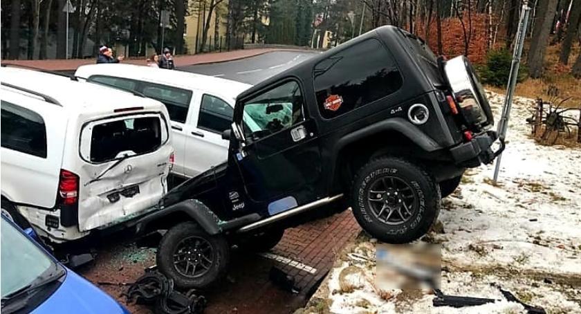 Wypadki drogowe, Nietypowe parkowanie Karpaczu - zdjęcie, fotografia
