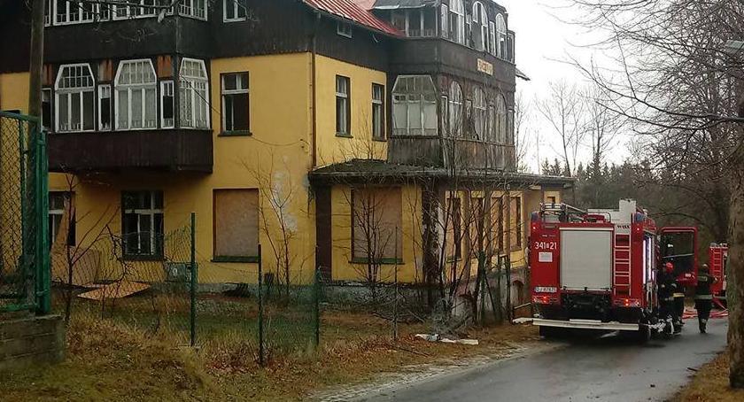 Pożary, Płonął pustostan Karpaczu - zdjęcie, fotografia