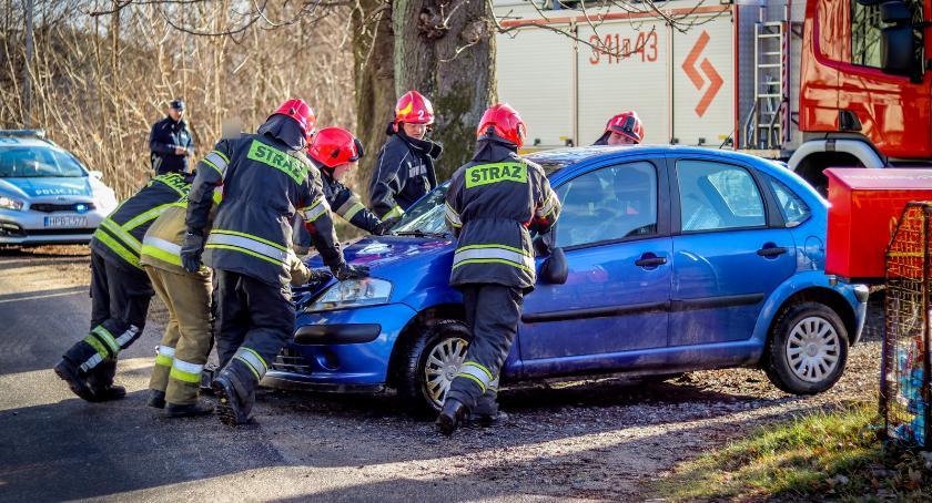 Wypadki drogowe, Samochód leżał Prowadziła starsza kobieta - zdjęcie, fotografia