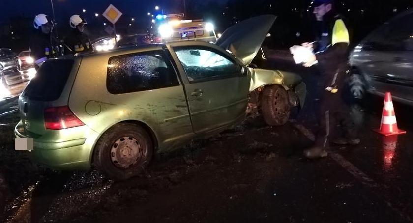 Wypadki drogowe, Uderzył słup sygnalizacji świetlnej Pawła - zdjęcie, fotografia
