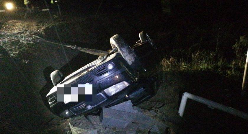 Wypadki drogowe, Skoda dachowała Jelenią Górą - zdjęcie, fotografia