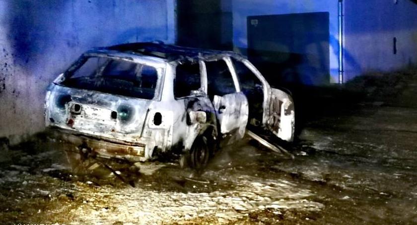 Pożary, ulicy Kadetów doszczętnie spłonął samochód - zdjęcie, fotografia