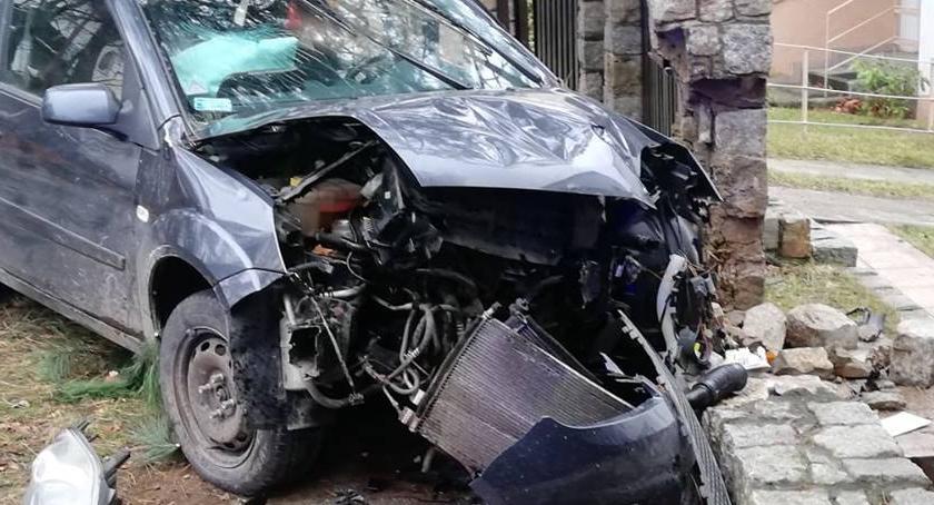 Wypadki drogowe, rozbił drzewie - zdjęcie, fotografia