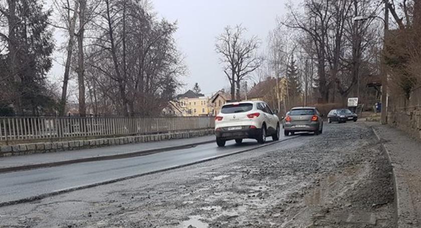 Koszmar kierowców Cieplicach. Nie widać końca robót na ulicy Wolności.
