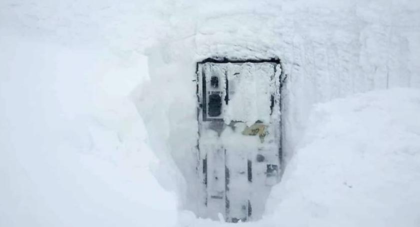 Turystyka, Ekstremalne warunki Śnieżce Ewakuacja pracowników poczty - zdjęcie, fotografia