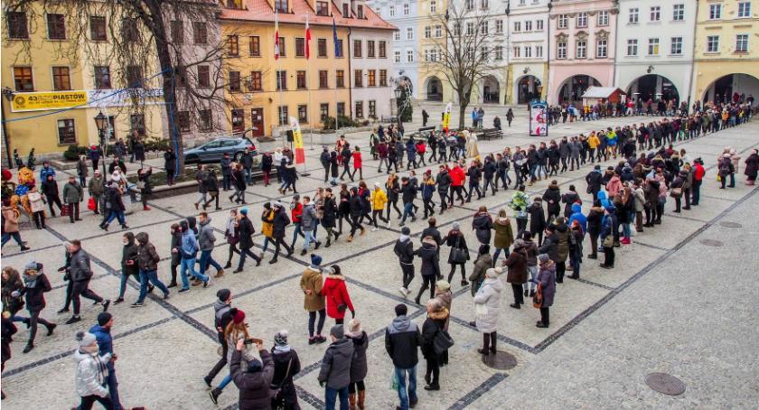 Wydarzenia, Jelenia Góra Maturzyści zatańczyli Poloneza Placu Ratuszowym - zdjęcie, fotografia