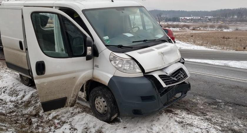Wypadki drogowe, Podwójne najechanie samochody zderzyły Mysłakowicach - zdjęcie, fotografia