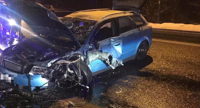 Wypadki drogowe, Kaczorów osobowe zderzyło piaskarką - zdjęcie, fotografia