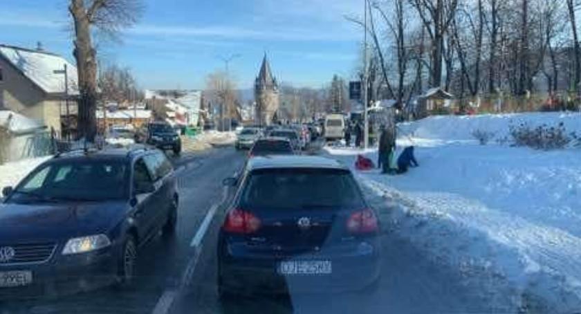 Turystyka, Oblężenie Karpacza Zakorkowany dojazd drogi centrum miasta - zdjęcie, fotografia