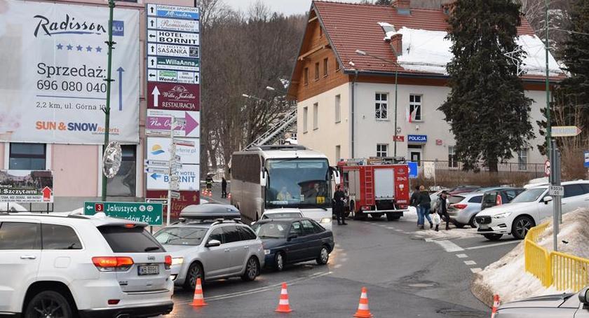 Szklarska Poręba : Śnieg na dachu komisariatu i olbrzymie korki w centrum