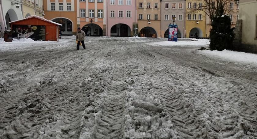 Absurdy, Błoto Placu Ratuszowym posprzątane - zdjęcie, fotografia
