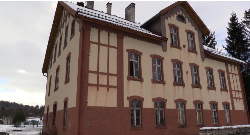 Absurdy, Kolejna opuszczona nieruchomość popada ruinę - zdjęcie, fotografia