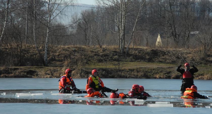 Ludzie, Strażacy ćwiczeniach ratownictwa lodowego - zdjęcie, fotografia