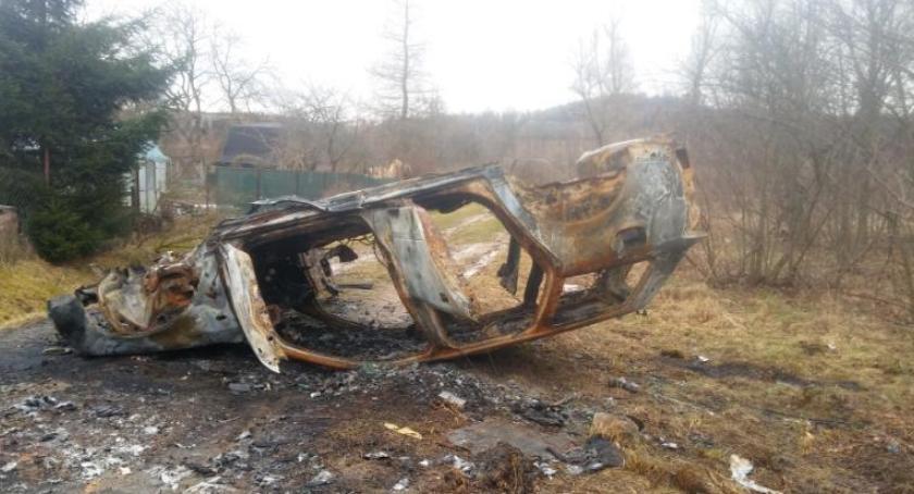 Absurdy, Jelenia4x4 usunęli spalony który blokował przejazd - zdjęcie, fotografia