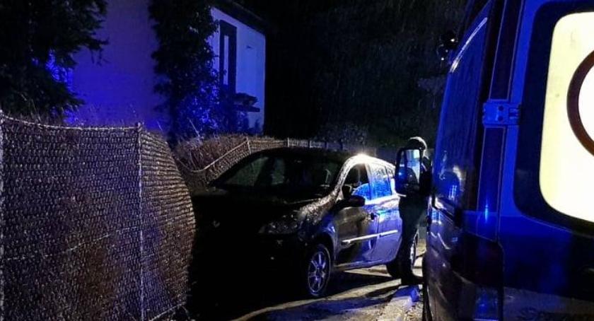 Wypadki drogowe, Renault wjechał ogrodzenie - zdjęcie, fotografia
