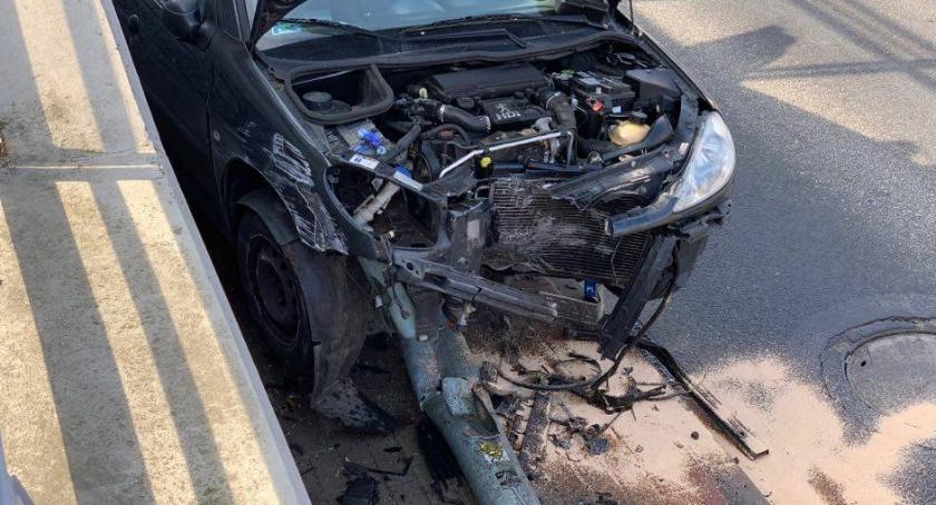 Wypadki drogowe, Karpacz Peugeotem uderzyła latarnię - zdjęcie, fotografia