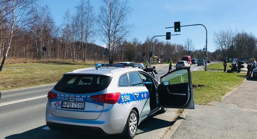Wypadki drogowe, Czerwone światło zaskoczyło motocyklistę - zdjęcie, fotografia