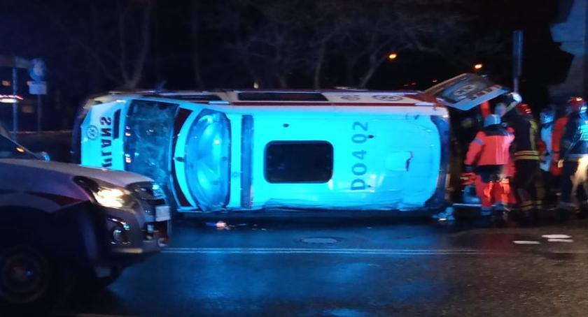 Wypadki drogowe, Wypadek szpitalem Karetka przewróciła - zdjęcie, fotografia