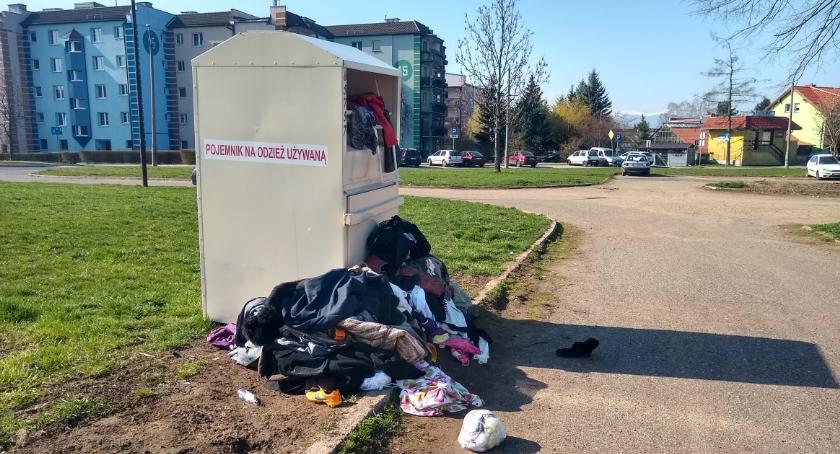 Absurdy, Sterta odzieży używanej zalega parkingu - zdjęcie, fotografia