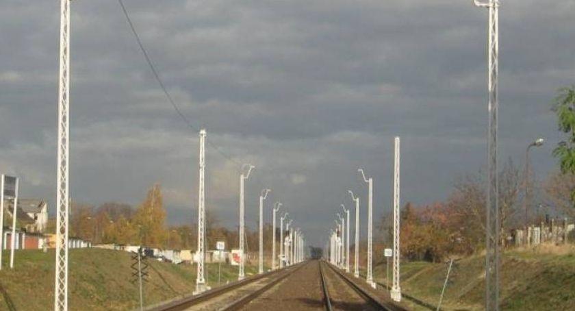 Komunikacja, Złodzieje ukradli fragment świeżo zamontowanej kolejowej sieci trakcyjnej - zdjęcie, fotografia