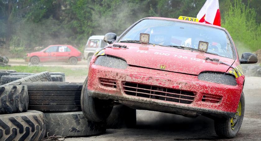 Sporty motorowe, załóg rywalizowało wyścigu wraków - zdjęcie, fotografia