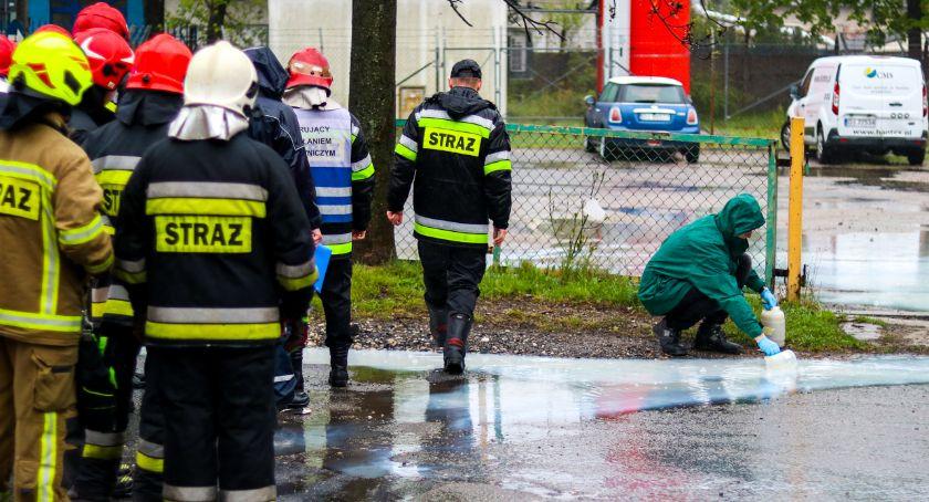 Z ostatniej chwili, Nieznana substancja wypływa ziemi Interweniują grupy chemiczne Legnicy Wałbrzycha - zdjęcie, fotografia