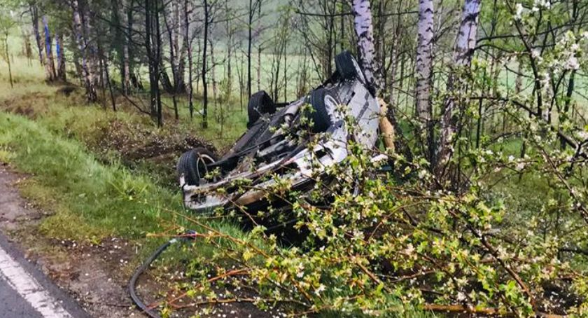 Wypadki drogowe, Dachowanie drodze Jeleniej Góry Mysłakowic - zdjęcie, fotografia