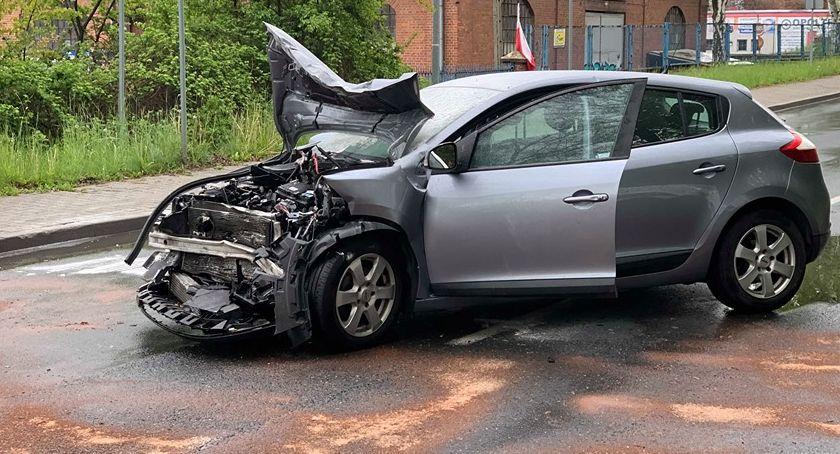 Wypadki drogowe, Kierowca patrzył drogę samochód osobowy wjechał ciężarówkę - zdjęcie, fotografia