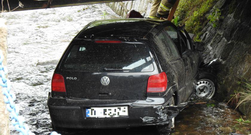 Wypadki drogowe, Wskoczył samochodem strumienia - zdjęcie, fotografia