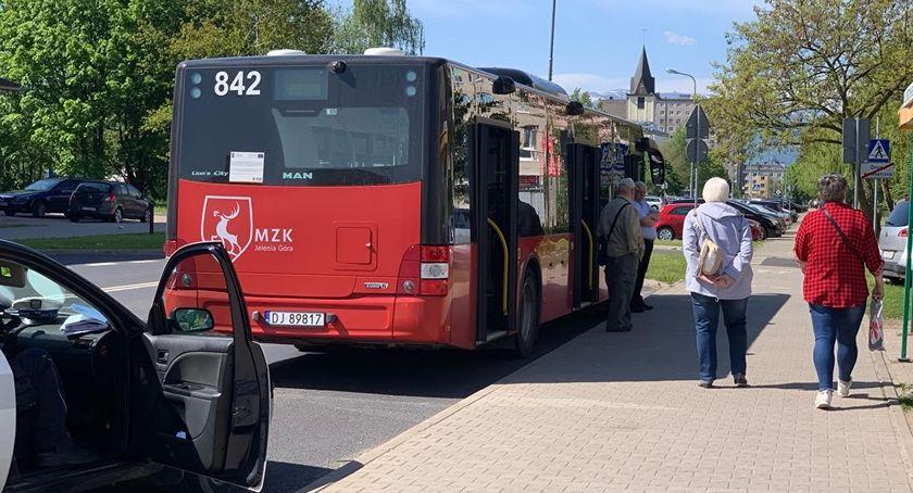 Wypadki drogowe, Autobus potrącił mężczyznę przystanku - zdjęcie, fotografia